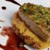 Biscotto al Grana Padano e frutta secca,  filetto di vitello gratinato e salsa speziata al vino rosso
