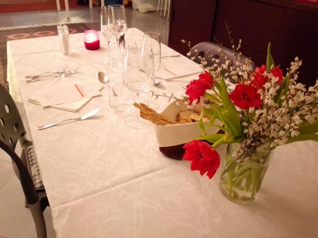 CENA ROMANTICA   Volete preparare una cena romantica a casa e sorprendere il vostro lui o la vostra lei con una serata molto speciale,  cuocAmica penserà a tutto dal menù alla tavola avendo cura del più piccolo dettaglio.